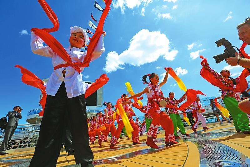 延安小演员向西方游客展示陕北秧歌和腰鼓